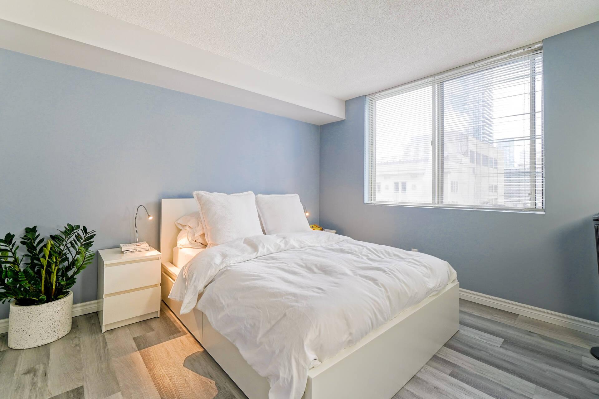 1 Bedroom plus Solarium Downtown Toronto Condo For Sale